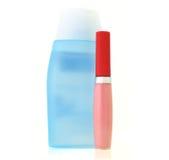 Color de rosa del lustre del lápiz labial y botella de la loción Imagen de archivo libre de regalías