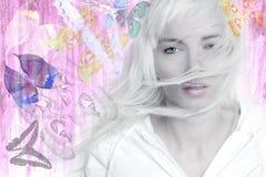 Color de rosa largo de las mariposas del pelo del viento rubio de la muchacha Fotografía de archivo
