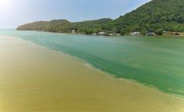 Color de tono dos del agua en el eatuary Imagen de archivo libre de regalías
