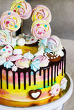 Color del arco iris de la torta del ` s de los niños en un fondo blanco con el merengue de madera Fotografía de archivo