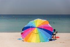 Color del arco iris en el paraguas grande en la playa de Jumeirah, Dubai Fotos de archivo libres de regalías