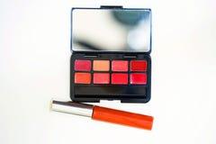 Color del lápiz labial en caso de que con rimel en la naranja para componga en el top imagen de archivo libre de regalías