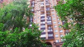 Color del ladrillo de la construcción de viviendas en ciudad en el verano almacen de metraje de vídeo