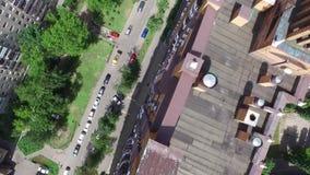 Color del ladrillo de la construcción de viviendas en ciudad en el verano almacen de video