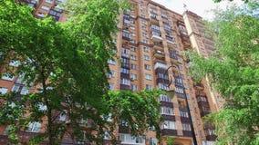 Color del ladrillo de la construcción de viviendas en ciudad en el verano metrajes