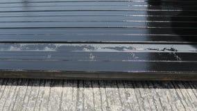 Color del negro del aceite de la pintura del cepillo de pintura del balanceo en la caja del metal almacen de metraje de vídeo