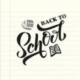 Color del negro de la mano de nuevo al texto de escuela letering en una hoja del cuaderno de la escuela con el bolso de escuela e ilustración del vector