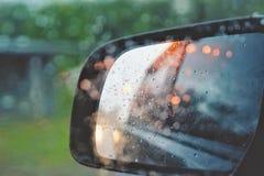 Color del negro del espejo de la vista posterior con la luz del coches imágenes de archivo libres de regalías