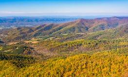 Color del otoño en las montañas apalaches, vistas del horizonte Dri Imagen de archivo libre de regalías