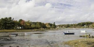 Color del otoño y marea baja con los barcos de pesca encallado fotos de archivo libres de regalías