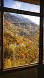 Color del paisaje de la montaña del otoño en marco de ventana imágenes de archivo libres de regalías