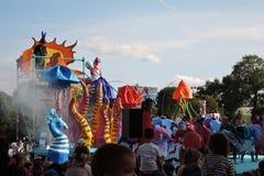 Color Dreams Funcionamiento de teatro de la calle en el parque de Gorki en Moscú Fotos de archivo libres de regalías