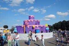 Color Dreams Funcionamiento de teatro de la calle en el parque de Gorki en Moscú Fotografía de archivo libre de regalías