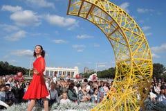 Color Dreams Funcionamiento de teatro de la calle en el parque de Gorki en Moscú Imagen de archivo