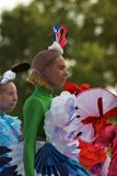 Color Dreams Funcionamiento de teatro de la calle en el parque de Gorki en Moscú Imagen de archivo libre de regalías
