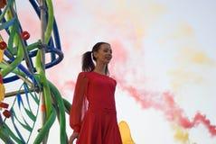 Color Dreams Funcionamiento de teatro de la calle en el parque de Gorki en Moscú Imagenes de archivo