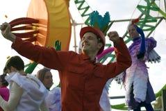 Color Dreams Funcionamiento de teatro de la calle en el parque de Gorki en Moscú Imágenes de archivo libres de regalías