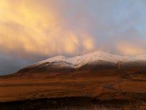 Color en colores pastel del cielo nublado en la montaña capsulada nieve, Islandia de la puesta del sol imagen de archivo