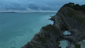 Color extraño sobre el paisaje costero de Dorset almacen de video