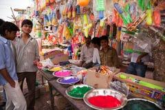 color för holiindier för färger den fulla lyckliga mannen arkivfoto