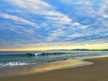 Color 4k de la relajación de la playa del Océano Pacífico de la puesta del sol Imagen de archivo libre de regalías