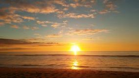 Color 4k de la relajación de la playa del Océano Pacífico de la puesta del sol Foto de archivo libre de regalías
