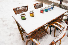 Color lampor på gatacafetabellen på snowvintern Fotografering för Bildbyråer
