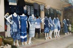 Color natural de teñido del añil de Mauhom de la ropa del batik del lazo del mercado callejero Fotos de archivo libres de regalías