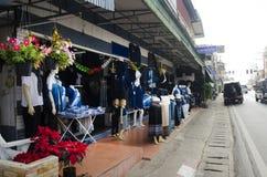 Color natural de teñido del añil de Mauhom de la ropa del batik del lazo del mercado callejero Imagen de archivo libre de regalías