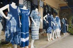 Color natural de teñido del añil de Mauhom de la ropa del batik del lazo del mercado callejero Imagen de archivo