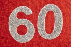 Color plata del número sesenta sobre un fondo rojo aniversario Ho Foto de archivo