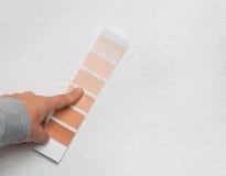 Color que selecciona en la pared Fotos de archivo