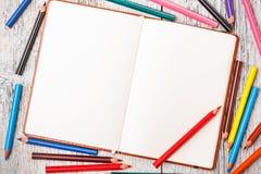 Color ritar och anteckningsboken Arkivfoto