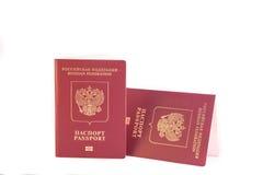 Color rojo de dos pasaportes con un emblema del águila de oro Imagen de archivo libre de regalías