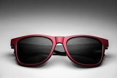 Color rojo de los vidrios de sol de la moda del inconformista Foto de archivo libre de regalías
