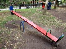 Color rojo del balanceo en el patio Fotografía de archivo libre de regalías