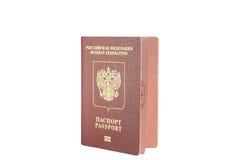 Color rojo del pasaporte con un emblema del águila de oro Imagen de archivo