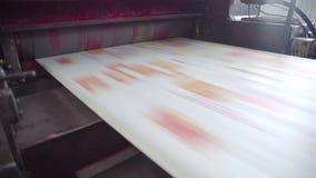 Color rojo impreso en la impresora para hacer el periódico en fábrica almacen de metraje de vídeo