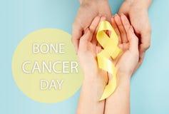 Color simbólico de la cinta amarilla para la conciencia del cáncer de hueso del sarcoma y la prevención del suicidio fotografía de archivo