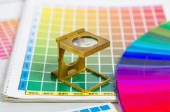 Color vägleder och färgar fläktar med linnetesteren Arkivfoton