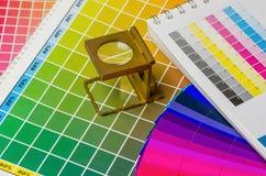 Color vägleder och färgar fläktar med linnetesteren Royaltyfri Foto