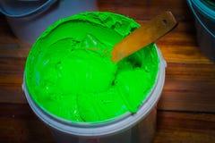 color verde claro de la tinta del plastisol en el barril plástico blanco Imagen de archivo libre de regalías