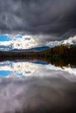 Color y reflexiones del otoño en Julian Price Lake, a lo largo del azul Imagenes de archivo