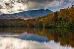 Color y reflexiones del otoño en Julian Price Lake, a lo largo del azul Imagen de archivo libre de regalías