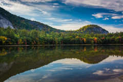 Color y reflexiones tempranos de la caída en Echo Lake en Echo Lake State Fotografía de archivo