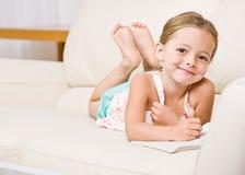 Coloração da menina no livro de coloração fotografia de stock royalty free