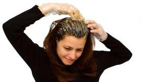 Coloração da mulher seu cabelo imagem de stock royalty free