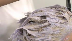 Coloração de cabelo, movimento lento, fim acima, louro filme