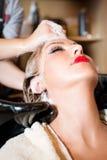 Coloração de cabelo no salão de beleza Foto de Stock