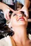 Coloração de cabelo no salão de beleza Imagens de Stock
